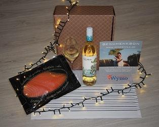 geschenkverpakking: 250 gram gerookte zalm, witte wijn (Portugal) en keukenhanddoek